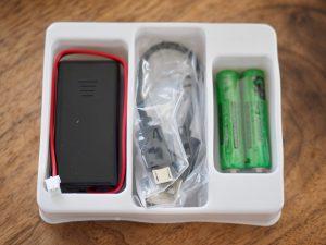 電池ボックスとUSBケーブル