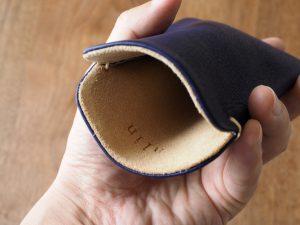 内側はスエードで、出し入れする際にボディの汚れが取れます。