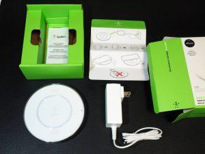 箱の中身はこんな感じ。電源はUSBではありません。アダプタがちょっと場所を取っちゃう。