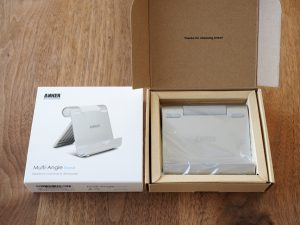 箱の中。小洒落た感じ。製品の下に簡易なマニュアルが隠れています。