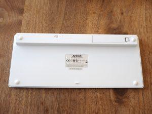キーボード裏面。左上に電源スイッチ、右上には電池ボックスが見えます。