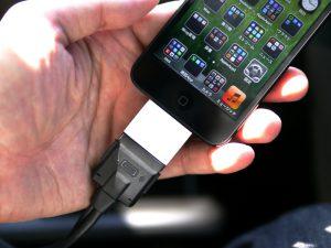 LightningのiPhoneを使用するためにはアダプタを噛ませる必要あり