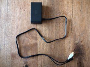 ケーブル長は1mです。いま販売されているゲームキューブコントローラのケーブルは3mなので、Switchから4mまで離れて遊べるという計算になりますね。