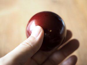 ボールの直径は55mm、ズシリと重い。大きさはビリヤードとほぼ同じで、光学センサーじゃなかった昔のモデルでの話ですが、実際にビリヤードの玉に交換していた人もいました。