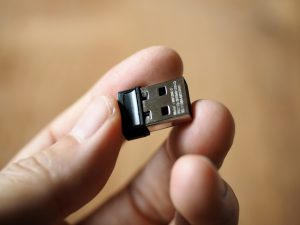 USBドングルは邪魔にならない大きさ。ちなみにこれよりBluetoothの方が接続が安定するとの噂が。
