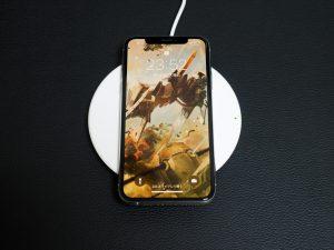 充電時のイメージ。壁紙は「斑鳩」です。