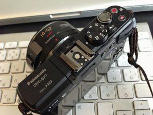 カメラ上部のホットシューに取り付けます