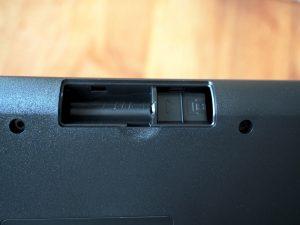 キーボードの裏に電池ボックス。右はUSBドングルを収納するスペース。