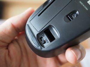 こちらはマウスの裏。マウスにもUSBドングルを収納するスペースが。こちらは電源スイッチ付き。