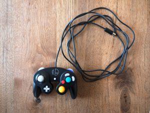 コントローラのケーブルは3m。接続タップのケーブルが1mなので、Switchから4mまで離れてプレイすることが可能です。