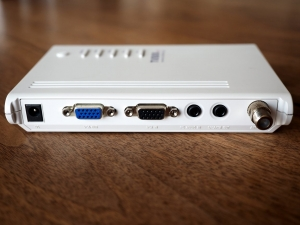 本機裏面。左から電源、VGA入力、VGA出力、PC音声入力、スピーカー出力、アンテナ入力です。