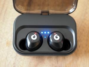 ケースに収納すると自動的に充電スタート。