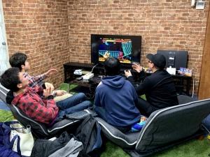「ストリートファイターII' PLUS」でゲームスピードを最速にして対戦。かなり盛り上がってました。