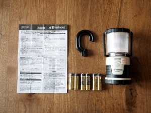 箱の中身。ランタン本体、フック、説明書と、テスト用の電池が入っています。
