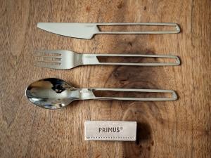 ナイフ、スプーン、フォークと、レザーストラップがセット。間抜けにもスプーンに写真撮ってる姿が写り込んじゃってます(笑)