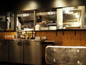 厨房の様子を眺める。