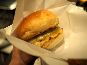 食べる時は付属のハンバーガー袋に包んでいただきます。パティの厚さを見せるためにかじって写真を撮りましたけど、断面が汚かったので自粛します(笑)