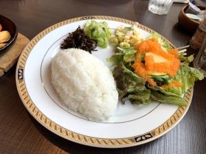 ライス多め。サラダにキャベツの浅漬けっぽいのと昆布の佃煮。付け合わせが独特。