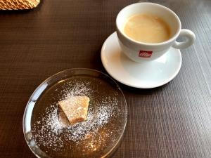 コーヒーとデザート。この日はバウムクーヘン(少量)でした。