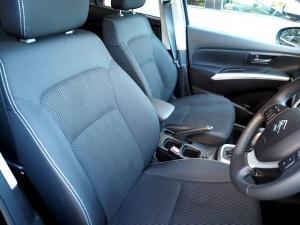 運転席周り。シートの種類が選べないのは残念。4WD車はシートヒーター付き。
