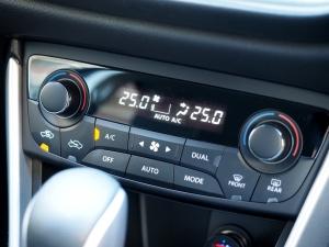 エアコンは運転席側と助手席側で別々に温度設定が可能です。