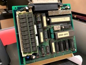 チップに「GAPS-01は、シャープ(株)の御厚意によりCZ-6BIOSのBIOS ROMを搭載しています」の貼り紙が。