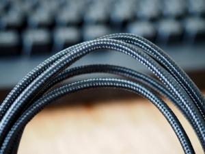 外装部分に繊維が織り込んである、見た目どおり頑丈そうなケーブル。