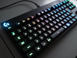 光るキーボードは初めてです。綺麗ですね。