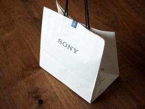 SONYストアの紙バッグ。シンプルイズベスト。