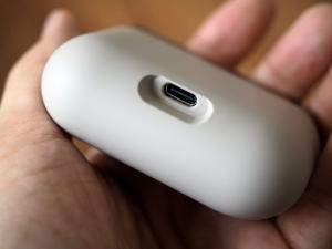 充電用USB-C端子はケースの底面についています。こんな形だからケースは自立しません。