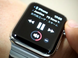 AppleWATCHを使えばボリュームの調節は簡単。再生/停止、曲送りなども自在です(回し者感)