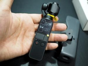 ケースから取り出したところ。液晶の保護シートとカメラ部に付いている黄色い緩衝材を外して使いましょう。