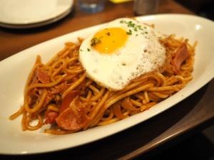 銀座ライオンが「炒めスパゲッティー」と言い張るナポリタン(大盛り)。普通盛りは880円(税別)です。