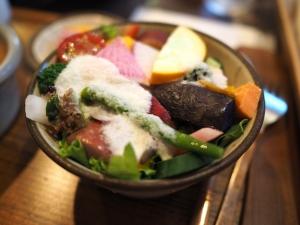 セットのサラダ。新鮮野菜がたくさん入っています。