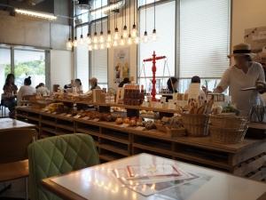 パンを販売しているところ。囲むようにテーブル席があります。