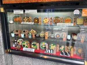 入り口の食品サンプル。中国のお客さんも多いのか、中国語の注意書きが。