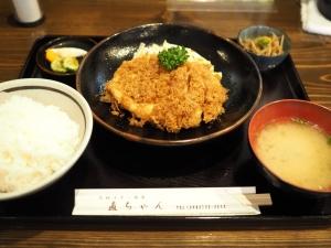 チキン南蛮定食全景。ご飯、味噌汁、小鉢、漬物のセットです。