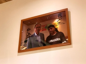 店内に王さんの写真が。ラーメン好きらしいですもんね。