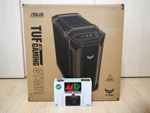 「ASUS TUF GAMING GT501」の箱。みんな大好きメガドライブミニ(の箱)さんと比較です。