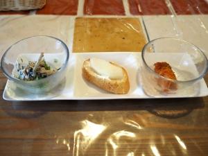 前菜。左からごぼうのサラダ、クリームチーズと梨の乗ったバゲット、ロールキャベツです。キムチじゃない(笑)