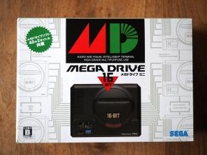 箱を正面から。これ、メガドライブが最初に出た時のパッケージとデザインが同じなんです。泣かせる。