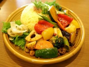 野菜がゴロゴロと散りばめられたカレー。というかカレーが見えない。