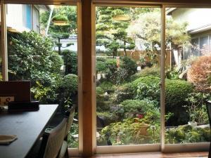 席から眺める中庭。創業は明治元年とか。趣があります。