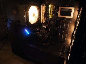 動いてるところ。aura sync対応なので、マザボ、ケースファンと同じ色で発光させることが可能です。