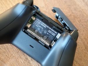 電池BOX。単三のアルカリ電池2本が必要とのこと。持続時間は知らん。