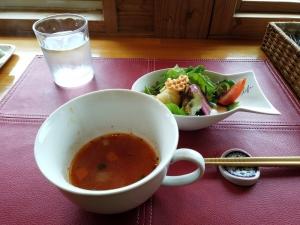 セットのスープとサラダ。