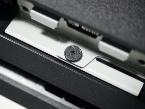 カバーを外すと、「○△□×」の刻印が入ったシャレオツなネジが露出します。これをドライバーで外します。
