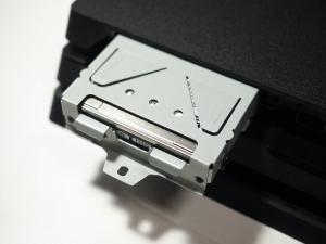 ネジを外せば金属トレイごとHDDを引っ張り出すことができます。