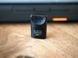 ストレージ拡張用に買ったUSBメモリ。