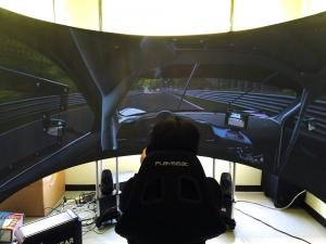 SIMPITさんのブースでは、180度スクリーンでレーシングシミュレータが遊べました。動いてるところは動画でご確認を。